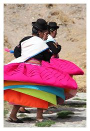 Lac Titicaca, danseuses traditionnelles - Photo Pinterest
